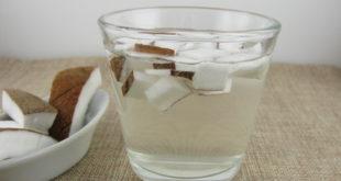 Kokoswasser im Glas
