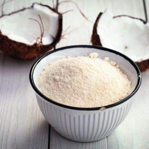 Bio Kokosmehl in Schale auf Holz